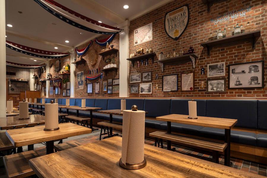 Blick ins Innere des Regal Eagle Smokehouse und mehrere Sitzbereiche