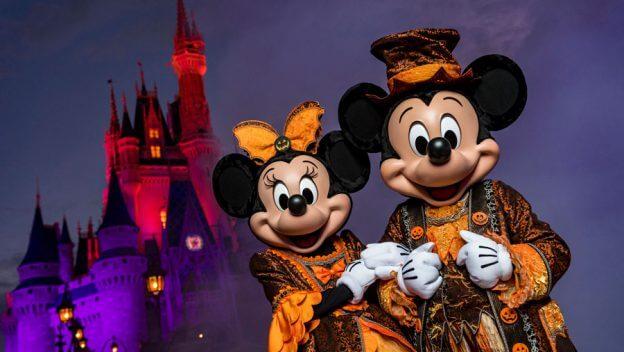 Mickey und Minnie sind in Halloweenkostümen vor dem Cinderella Castle im Magic Kingdom zu sehen