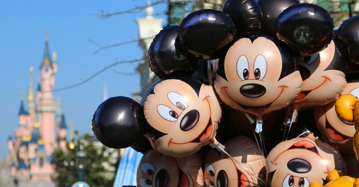 Mickey Mouse Luftballons vor dem Schloss in Disneyland Paris