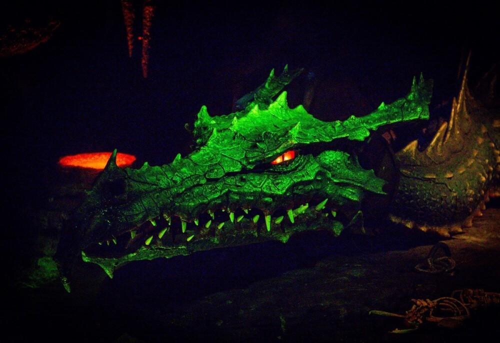 Riesiger Drache mit rot glühenden Augen unter dem Sleeping Beauty Castle
