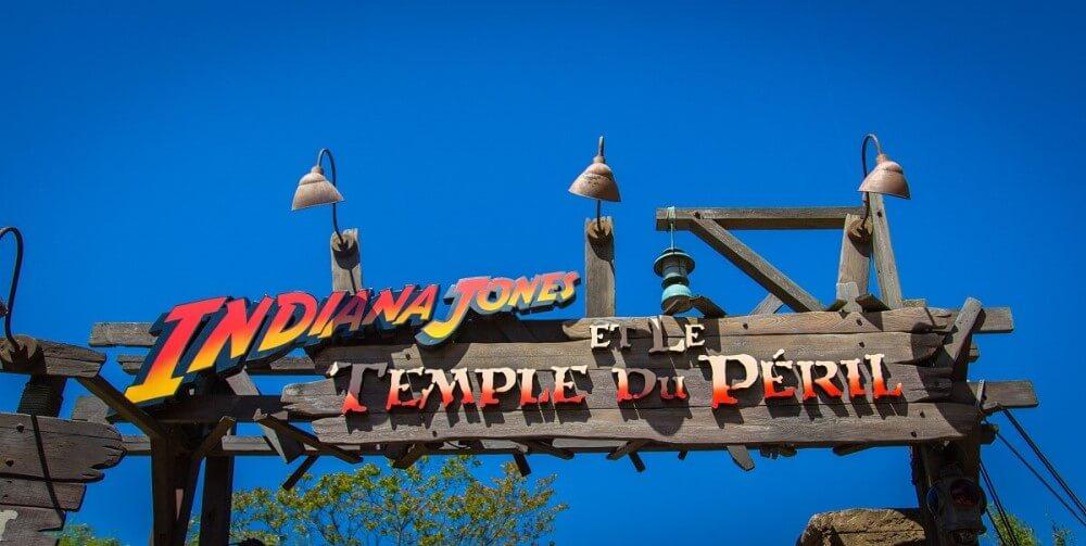 Eingangsschild zur Achterbahn Indiana Jones et le Temple du Peril