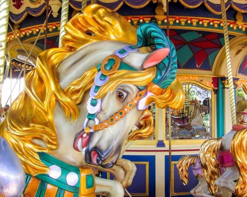 Eines der Pferde auf dem Karussel in Disneyland Paris