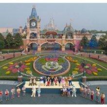 Cast Member und Disneycharaktere vor dem Shanghai Disneyland Eingang