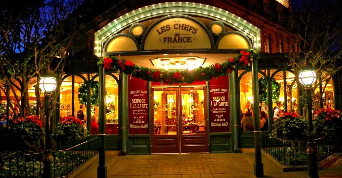 Chef's de France: Eingang zum Restaurant in Epcot bei Dunkelheit