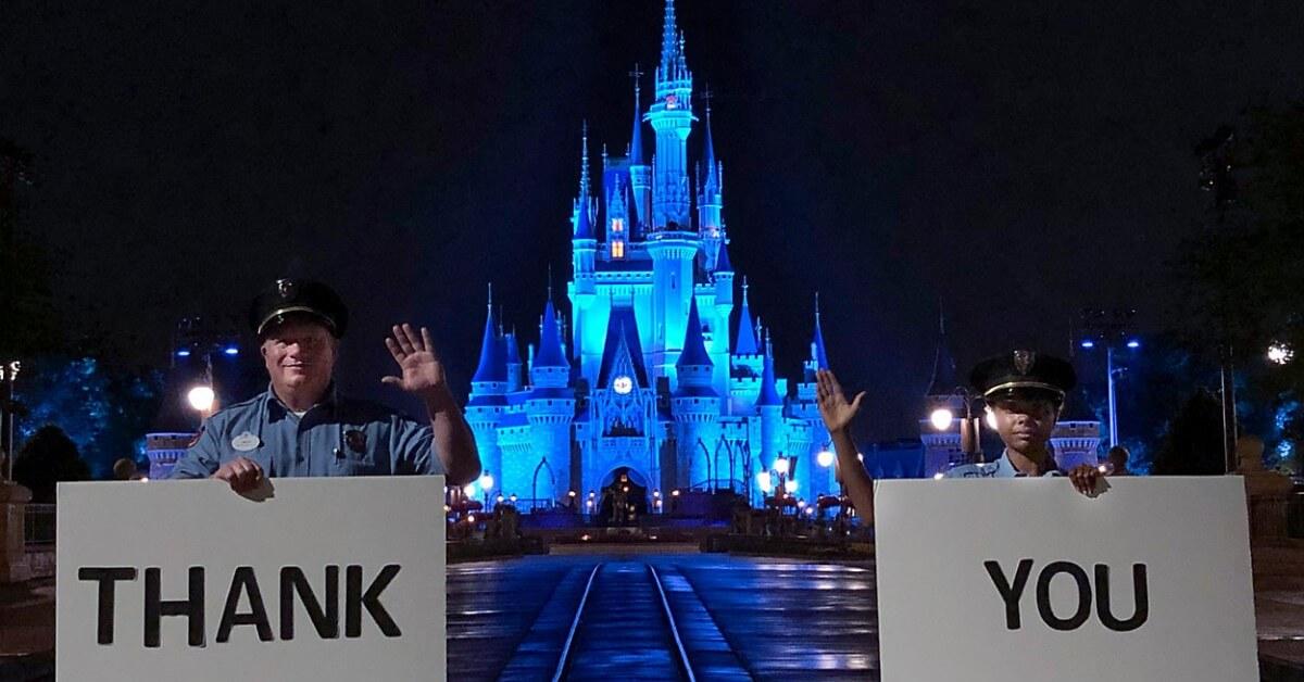Blau erleuchtetes Cinderella Castle als Dank für Hilfskräfte