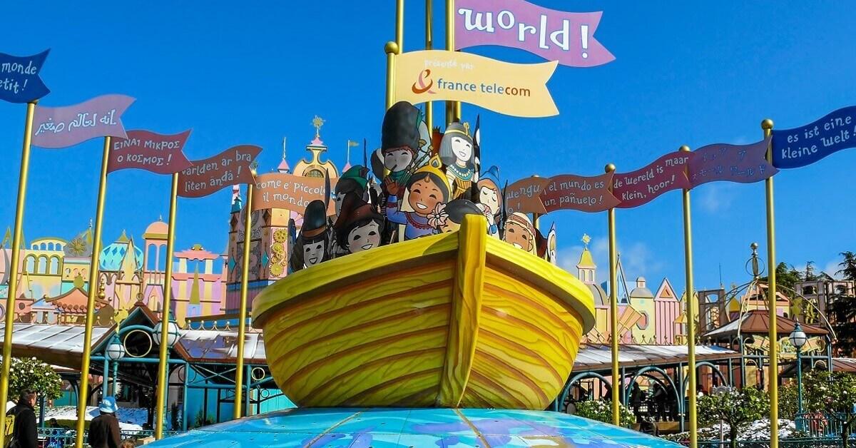 Boot mit Menschen aus aller Welt: It's a Small World