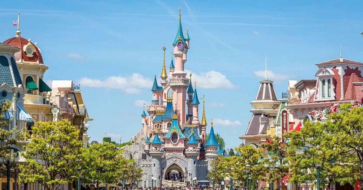 Blick auf das Dornröschenschloss in Disneyland Paris, im Vodergrund die Main Street