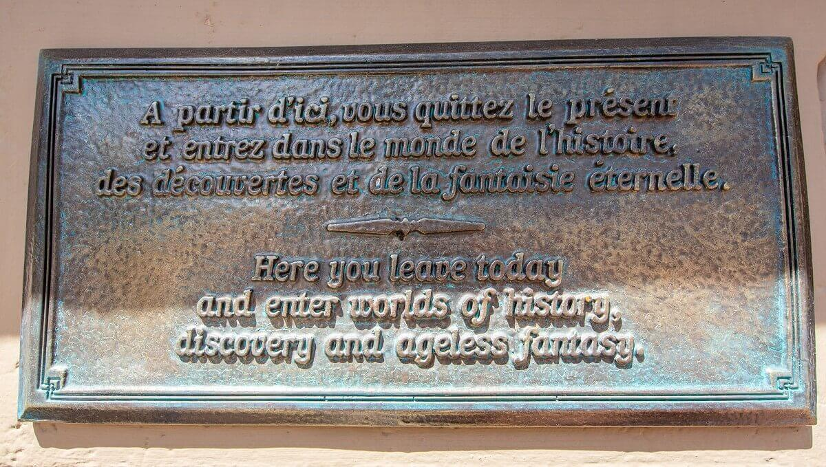 Inschrift zu Beginn der Main Street: Here you leave today and enter worlds of history, discovery and ageless fantasy.