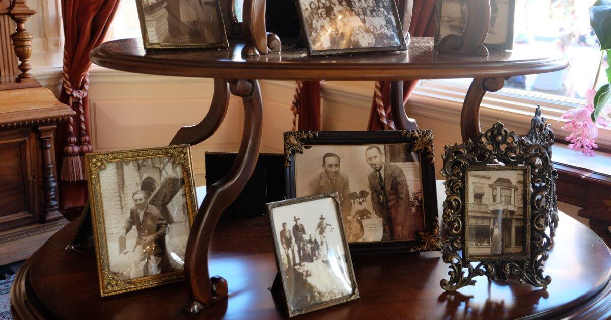 Bilderrahmen mit Fotografien von Walt Disney im Restaurant Walt's