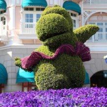 Blumenfigur vor dem Eingang des Disneyland Hotel