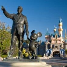 Partnerstatue mit Walt Disney und Mickey Mouse im Disneyland Resort