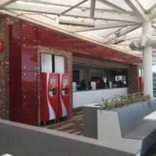 Blick auf die Coca-Cola Getränkeautomaten auf der Dachterrasse des Coca-Cola-Stores