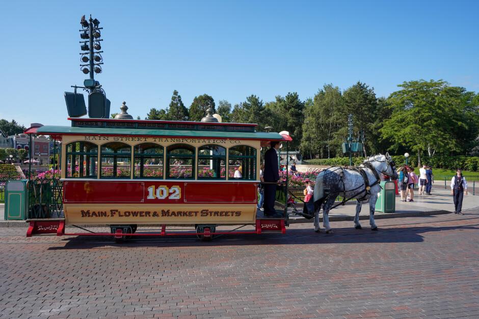 Von Pferden gezogene Straßenbahn in Disneyland Paris