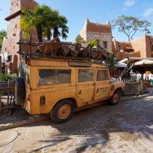 """Der Land Rover vor dem """"La Girafe Curieuse"""""""