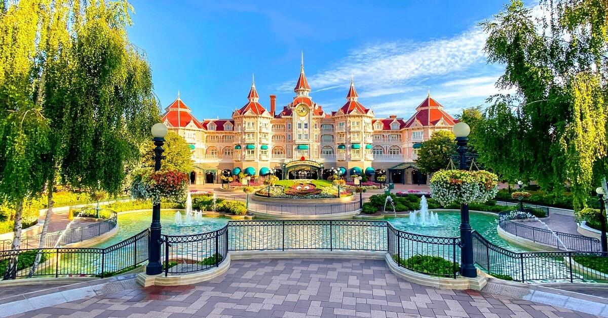 Blick auf den Eingang zum Disneyland Park vor einem strahlend blauen Himmel