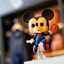 eine Funko Pop-Figur von Mickey Maus, der Basketball spielt, steht im Shop der NBA Experience in Disney Springs