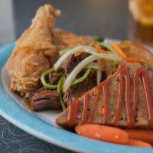 Auf einem großen Teller im 50's Prime Time Cafe sind verschiedene Hauptgerichte angerichtet