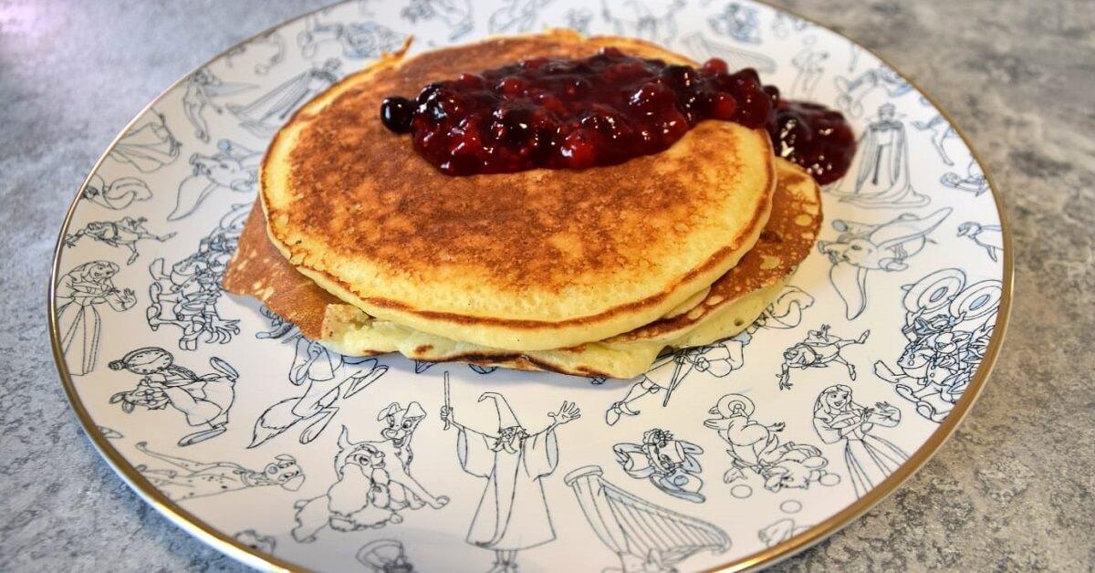 Auf einem Teller der Ink & Paint Collection aus dem Shop Disney liegen frische Pancakes mit Beerenkompott