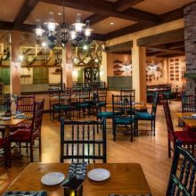 Blick in einen Speiseraum des Restaurants Boatwright's Dining Hall im Port Orleans Resort Riverside