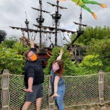 Torsten und Dörthe posieren für einen Magic Shot mit Peter Pan vor Captain Hook's Galley