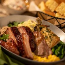 Auf einem Tisch im Whispering Canyon Cafe stehen mehrere herzhafte Speisen