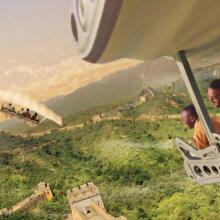 Besucher fliegen in der Attraktion Soarin in Epcot über chinesische Landschaften
