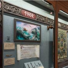 Einige Ausstellungsstücke in der Stave Church Gallery im norwegischen Pavillon in Epcot
