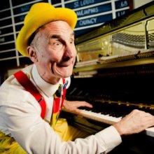Der Unterhaltungskünstler Yehaa Bob spielt auf seinem Klavier in der River Roost Lounge