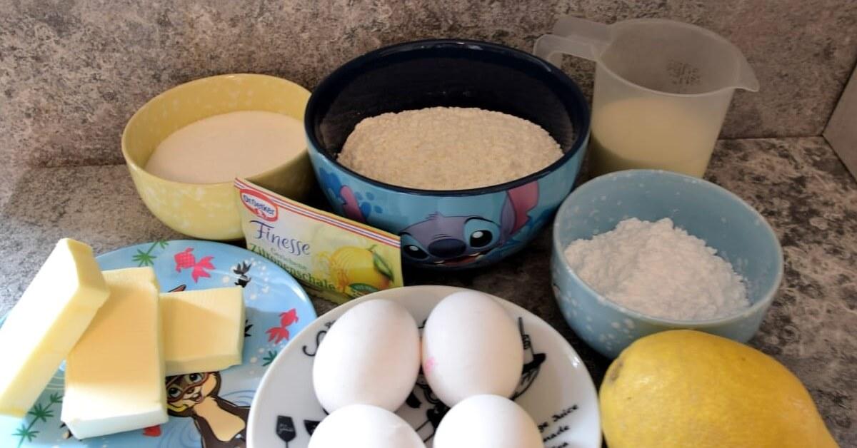 Auf einem Küchentresen sind in verschiedenen Schalen Zutaten für eine italienische Zitronentarte zu sehen