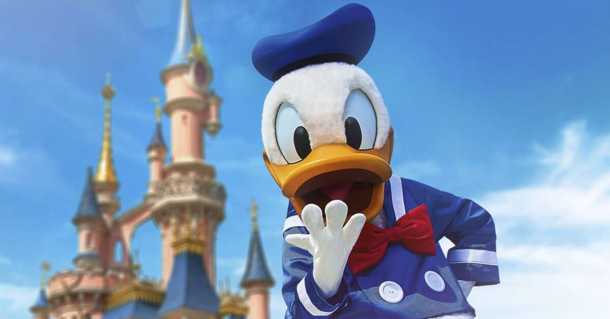 Donald Duck vor dem Sleeping Beauty Castle in Disneyland Paris