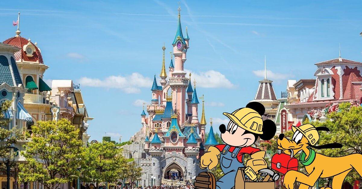 Schloss in Disneyland Paris, im vordergrund Mickey und Pluto als Bauarbeiter