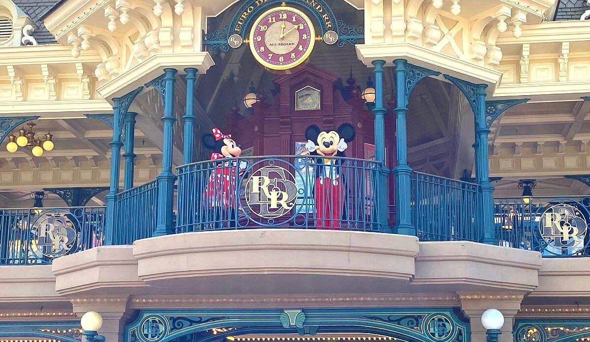 Minnie Mouse und Mickey Mouse winken zum Abschied vom Balkon der Main Street Station