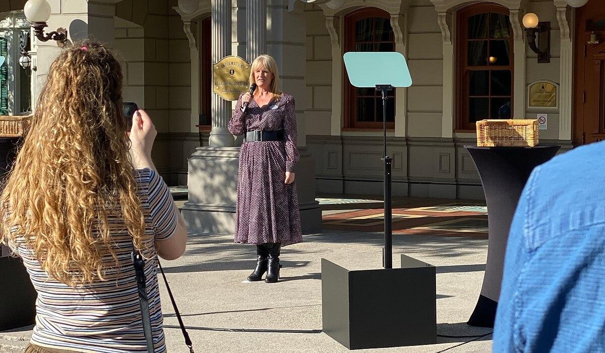 Natacha Rafalski begrüßt die Presse zur Vorstellung der Corona Schutzmaßnahmen