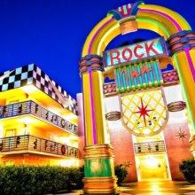 An einem Gebäude in Disney's All Star Music Resort steht eine überdimensionale Jukebox in leuchtenden Farben