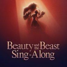 Auf einem Poster für eine Attraktion im Frankreich Pavillon in Epcot sind der Schriftzug Beauty and the Beast Sing-Along und die Silhouetten von Belle und dem Biest beim Tanz zu sehen