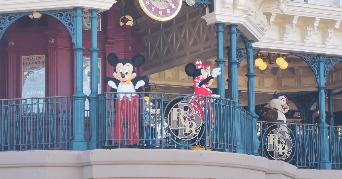 Mickey und seine Freunde begrüßen die Besucher am Morgen von der Railroad Station in der Main Street U.S.A. aus