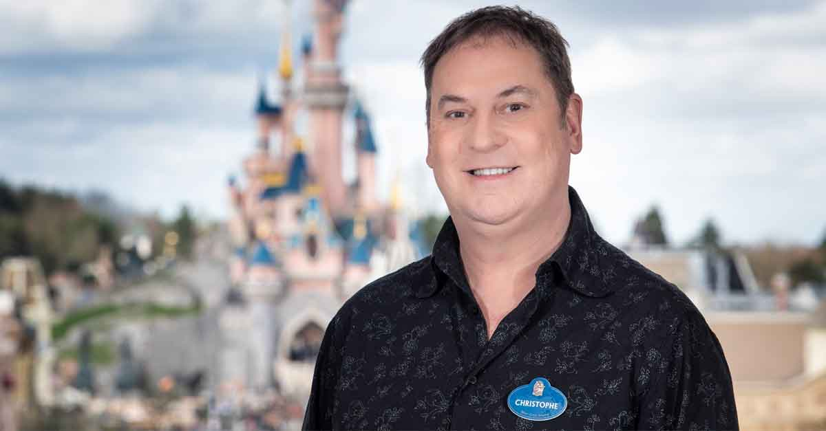Ein Foto zeigt den Showdirektor von The Lion King Rhythms of the Pride Lands Christophe Leclercq vor dem Schloss in Disneyland Paris