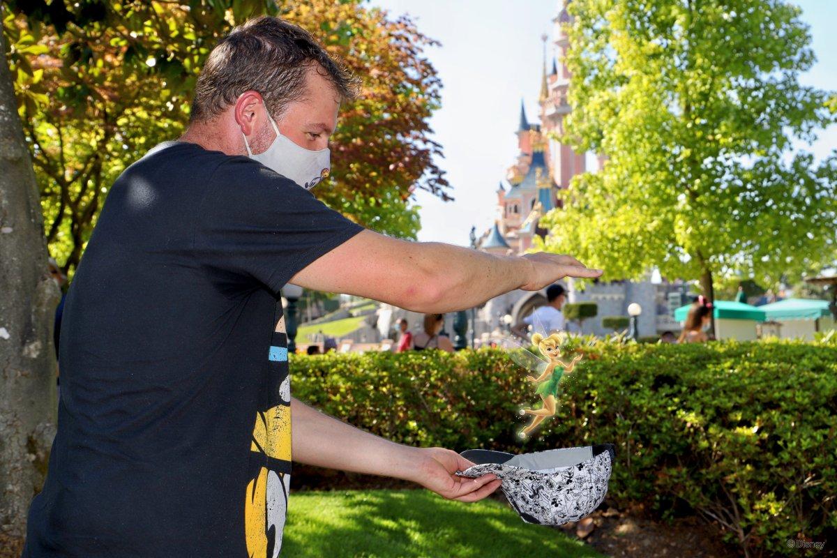 Wie durch Zauberhand erscheint nach dem Foto Tinkerbell zwischen meiner Hand und meiner Kappe.