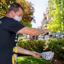 Tinkerbell erscheint durch Animation im bereits geschossenen Foto, wie hier zwischen meinen beiden Händen.