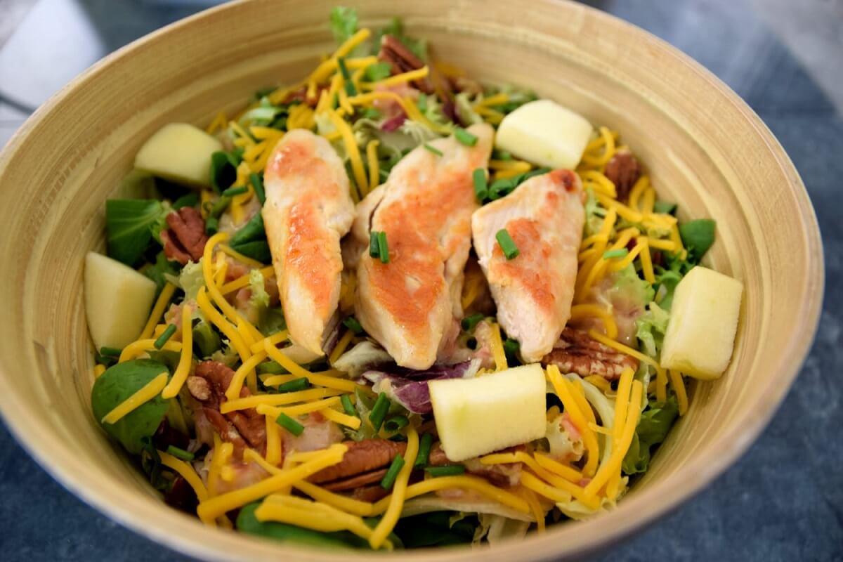In einer großen Bambusschüssel ist der Colony House Salad fertig angerichtet zu sehen