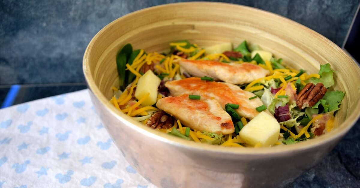 Auf einem Küchenhandtuch mit Mickey-Motiv steht eine Schüssel mit dem Colony House Salad