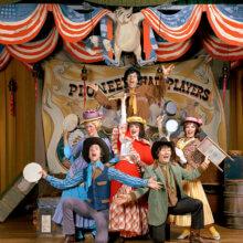 Eine alte Aufnahme einiger Darsteller bei der Dinnershow Hoop Dee Doo Revue auf der Bühne der Show