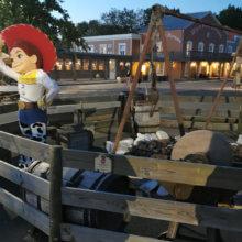 Cowgirl Jessie begrüßt die Menschen am Selfie-Point auf dem Außengelände von Disney's Hotel Cheyenne