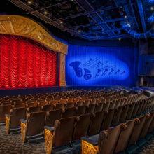Blick in das leere Theater von Mickey's Philharmagic im Fantasyland