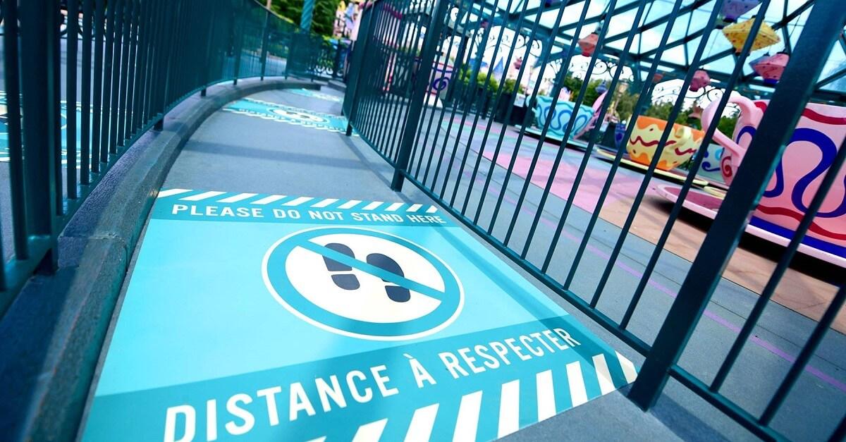 Schild mit Hinweis zum Mindestabdstand in Disneyland Paris