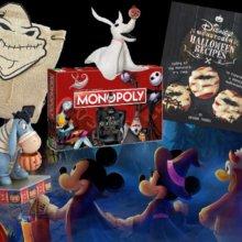 Michey Maus, Minnie Maus und Donald stehen Hand in Hand vor Halloween Merchandise