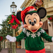 Mickey Mouse im Weihnachtsoutfit auf der Main Street U.S.A. in Walt Disney World