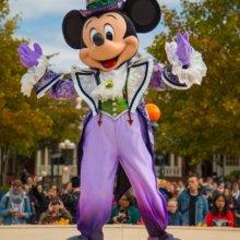 Mickey Mouse steht in einem gruseligen Halloweenoutfit auf der Bühne am Central Plaza