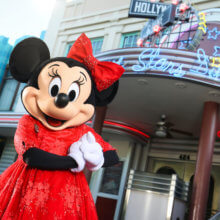 Minnie Mouse steht vor dem Hollywood & Vine Restaurant in den Hollywood Studios