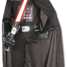 Kind im Darth Vader Kostüm mit rotem Lichtschwert